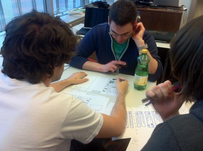 Studenten von MMT der Fachhochschule Salzburg beim Papier-Prototypen testen
